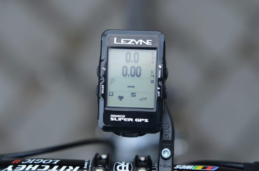 Vue d'entraînement de l'ordinateur de vélo Super GPS - ici avec la vitesse, la distance, la puissance, la fréquence cardiaque et la cadence.