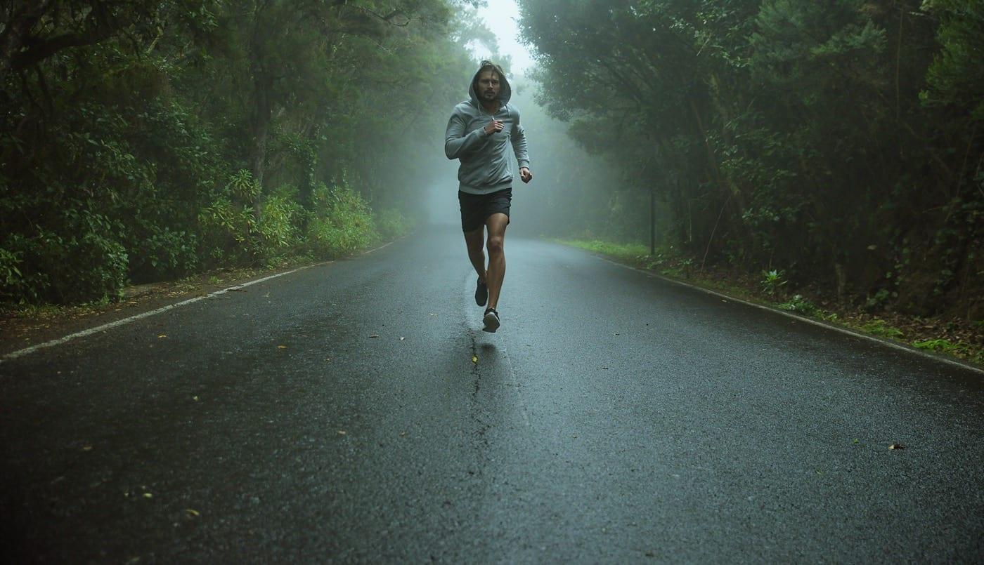 Marathon-Läufer auf dunkler Straße