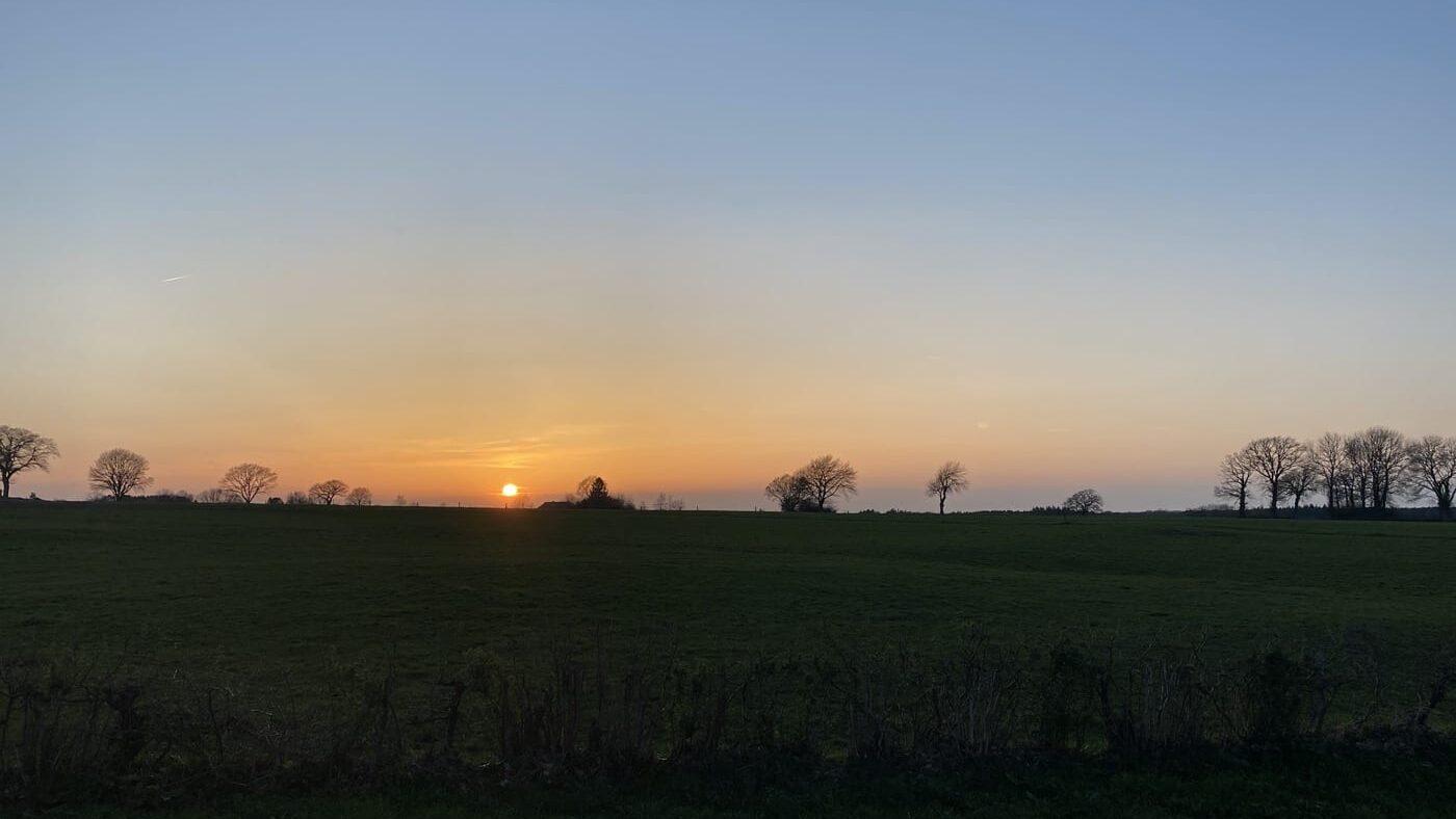 Dromerige zonsondergang aan het einde van een warme lentedag bij de DIY Komoot Classic Keulen-Schuld-Frechen