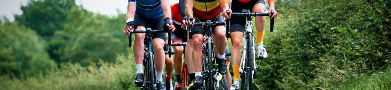 Ciclisti che corrono su strade di campagna in una giornata di sole nel Regno Unito.
