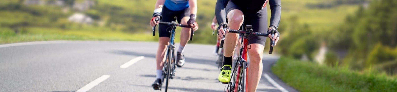 Ciclisti che corrono lungo le strade di campagna vicino alla costa nel Regno Unito